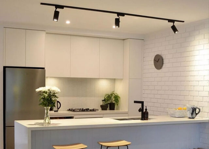 Монтаж трековых светильников на кухне