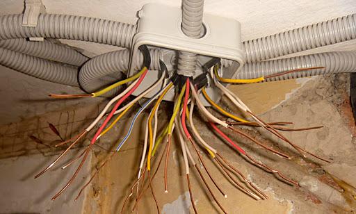 Монтаж кабеля в гофрированной трубе