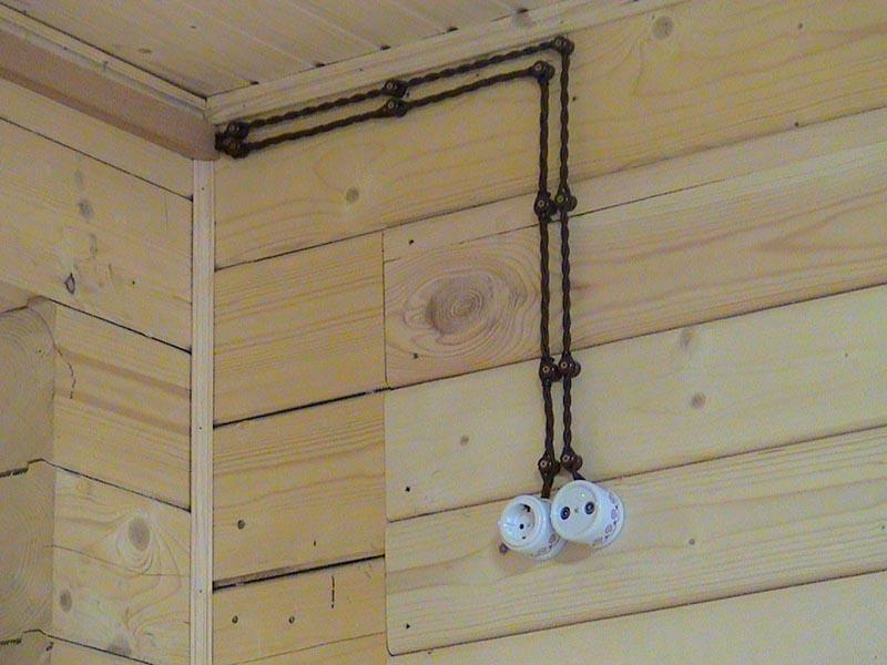 Внешняя разводка электрики в деревянном доме