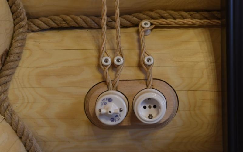 открытая разводка электрики в деревянном доме в спб