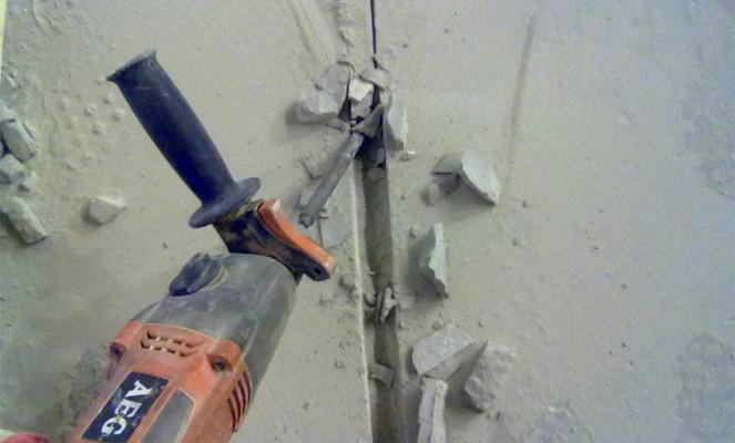 Штробление стен перфаратором лоя монтажа скрытой электропроводки