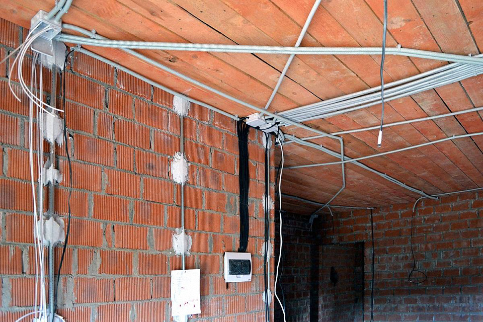 Монтаж электропроводки в жилом доме